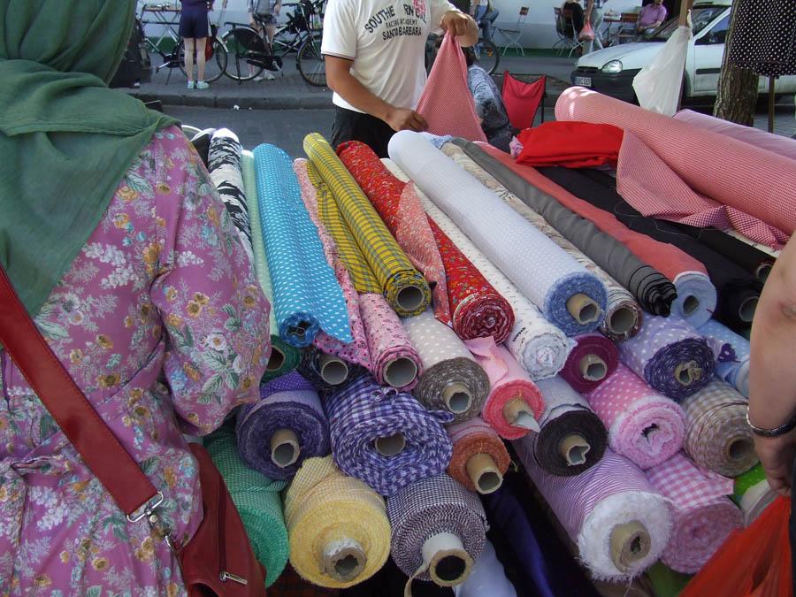 mercato_dei_tessuti_stoffe_arrotolate