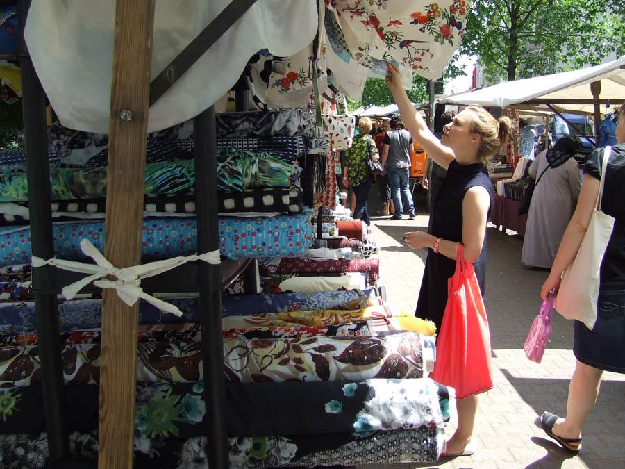 mercato_dei_tessuti_stoffe_ragazza