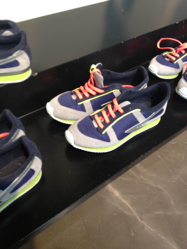 sneakers dettagli fluo