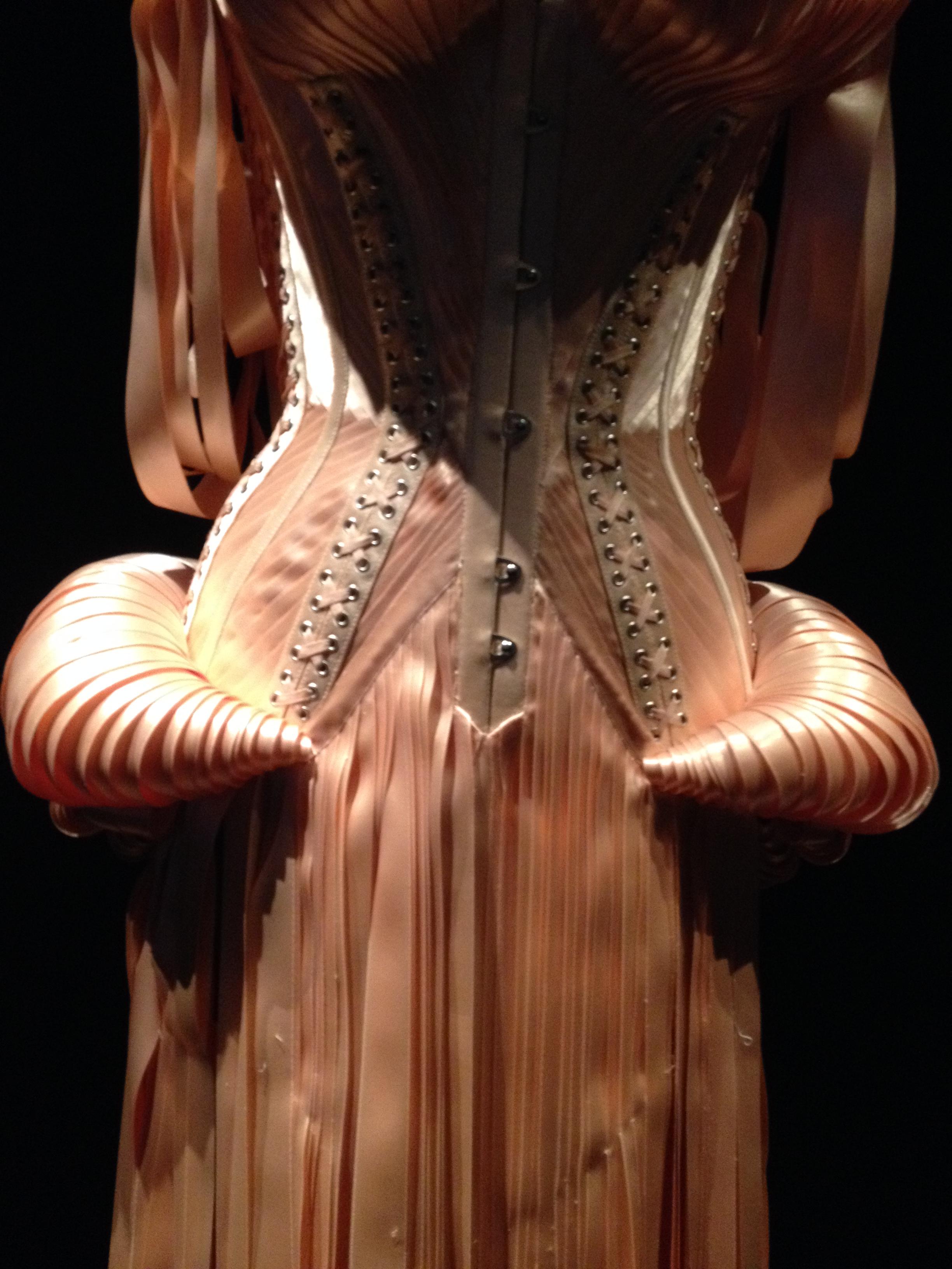 Abito fatto di nastri. Jean Paul Gaultier