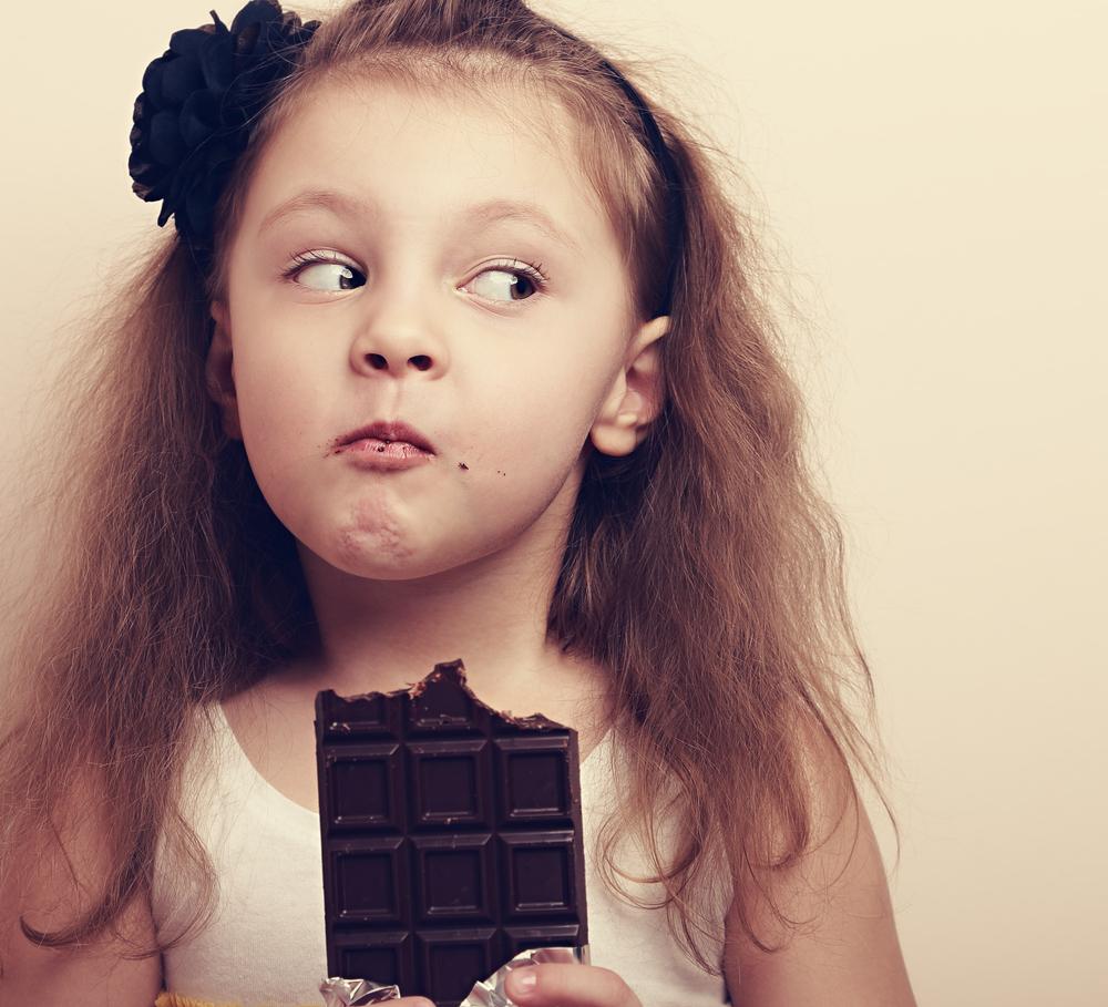 bambina mangia cioccolata lifestyle