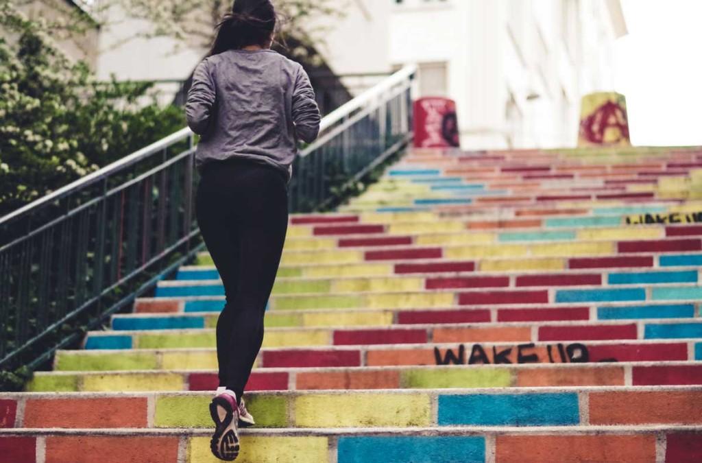 running al femminile in città.